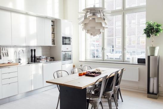 Kök köksbord industristil fönster stolar