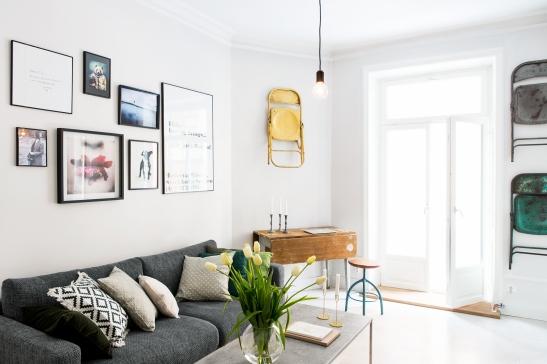 Vardasgrum konst soffa kuddar tulpaner balkong