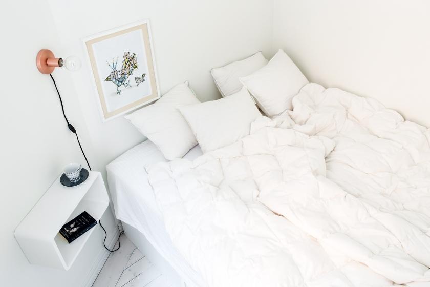 Säng vitt tavla kuddar