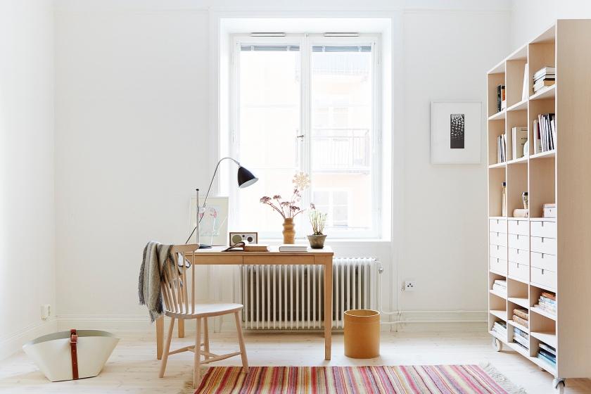 Skrivbord bokhylla matta fönster arbetsplats