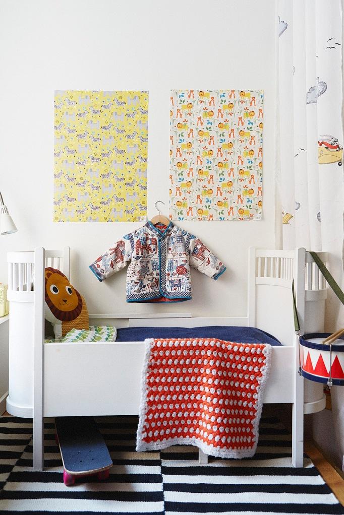 Barnkammare barnsäng kläder mattor