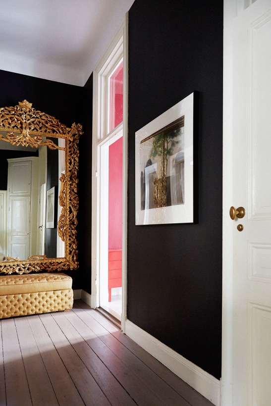 Hall guldspegel tavla aubergine väggfärg