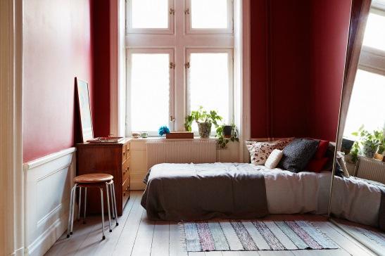 Aubergine väggfärg sovrum säng konst Brita Sweden