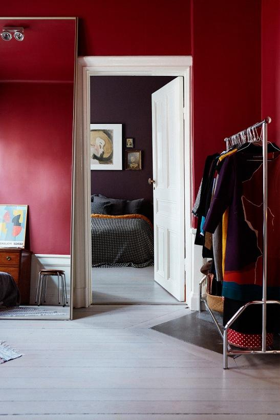 Hall röd klädhängare