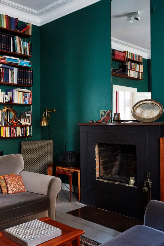 Grön spegel böcker bibliotek soffa