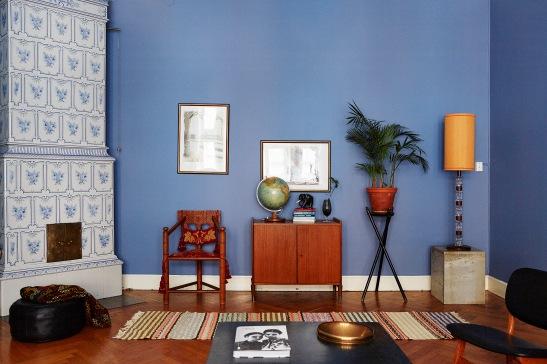 Hall blått trasmatta konst sideboard växt stol