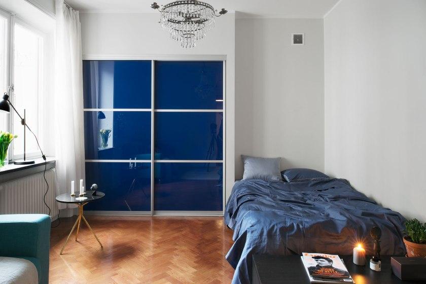 Sovrum garderob kristallkrona säng