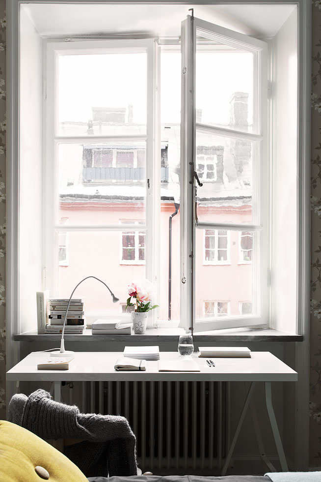 Fönster blomma skrivbord