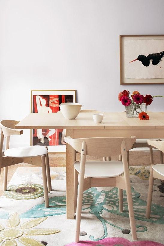 Konst matbord stolar blommor matta