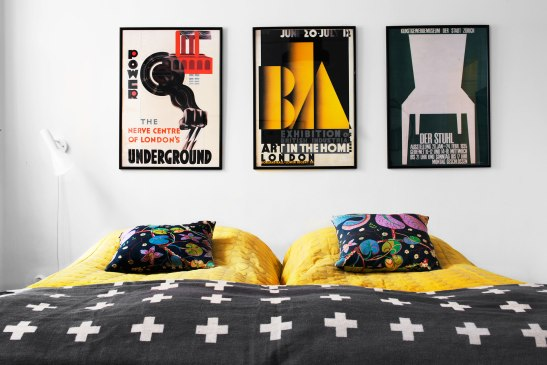 a_ säng affischer gult mönster Svenskt Tenn