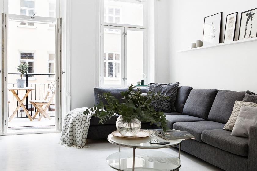 Vardagsrum soffbord konst balkong soffa Brita Sweden
