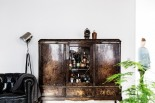 soffa vitrinskåp lampa vintage växt