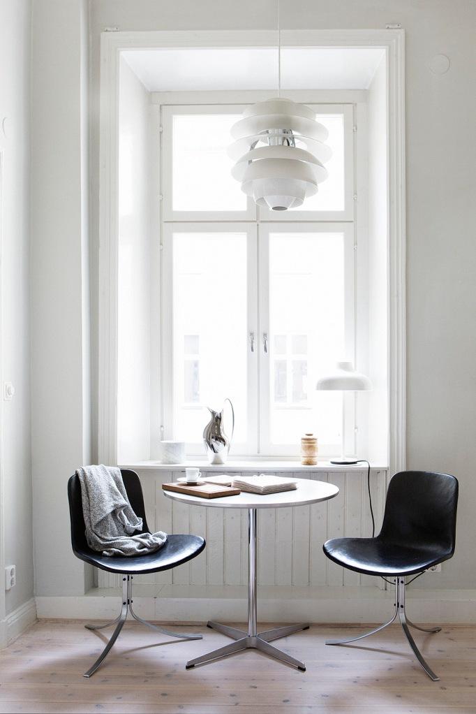 bord stolar fönster kök