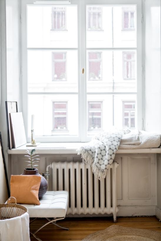 fönster fönsterkarm stol filt utsikt