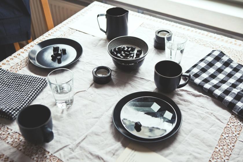 Kök matbord dukat fika rutigt