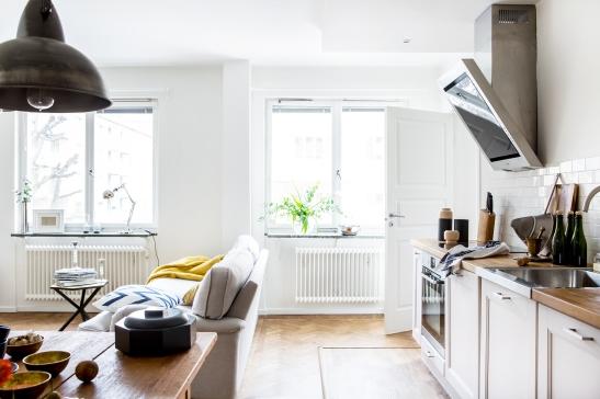 Kök vardagsrum soffa lampa soffbord köksbord