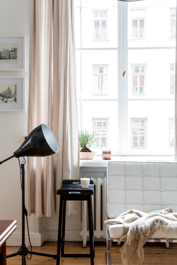 lampa soffa gardin fönster pall filt pastell