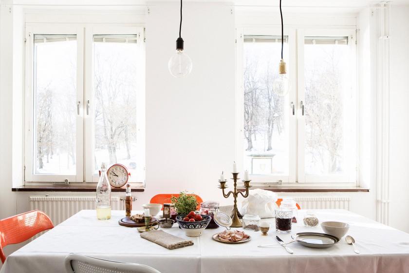 matbord dukat ljusstakar ljus fönster