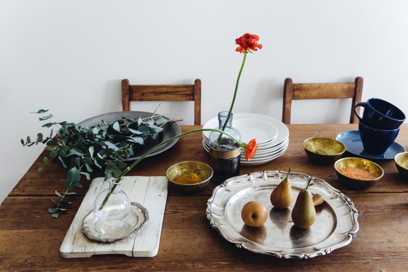 matbord silverfat blomma skärbräda trästolar träbord