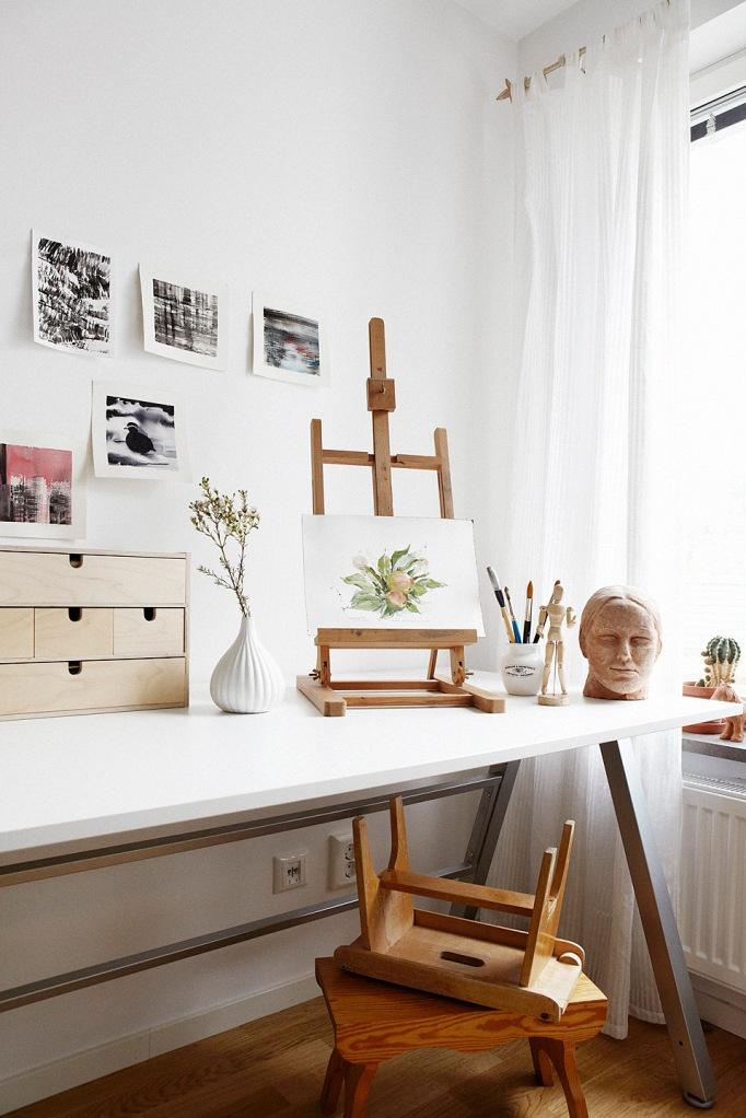 atelier skrivbord konst gardin fönster