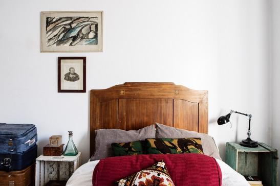 säng sovrum konst kuddar lampa