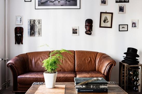 skinnsoffa växt konst soffbord böcker