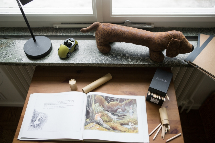 skrivbord hund målarbok lampa fönsterbräda