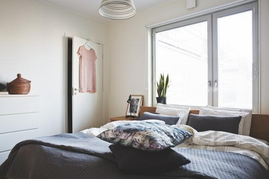 sovrum kuddar klänning fönster överkast