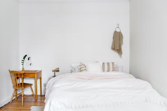 sovrum vitt skrivbord
