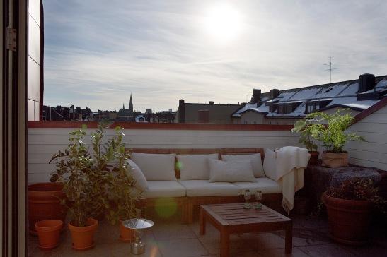 utsikt balkongmöbler träbord växter takterrass