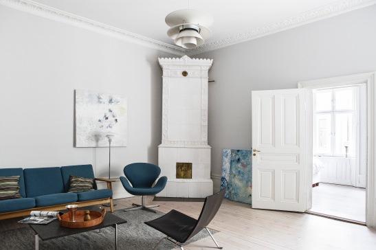 vardagsrum kakelugn soffa fåtölj soffbord konst