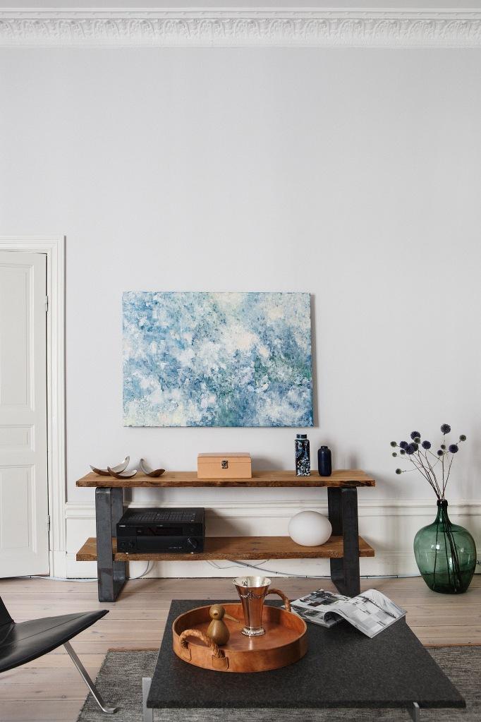 vardagsrum konst soffbord sideboard vas bricka
