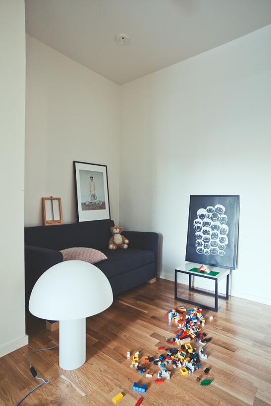 vardagsrum leksaker soffa nalle lampa soffbord konst Arrivals