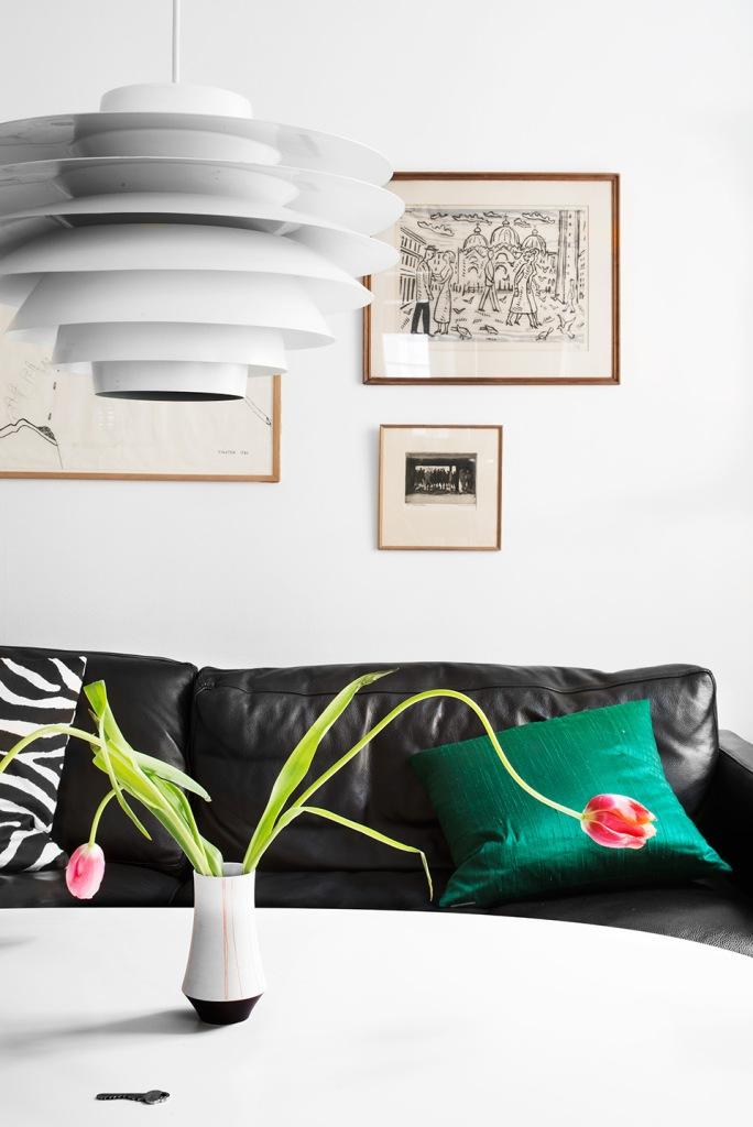 vardasgrum lädersoffa kuddar tulpaner lampa konst