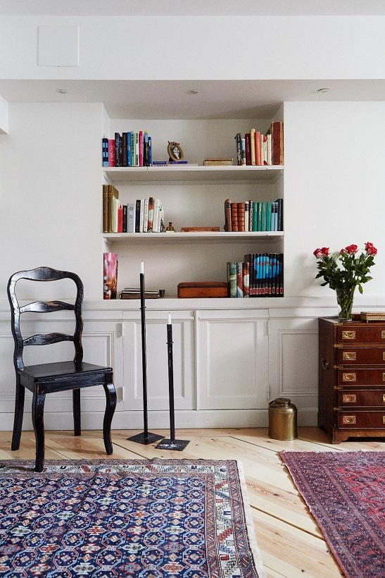 Stol bokhylla matta blommor