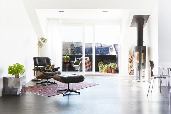A Vardagsrum takterrass fåtölj pall matta öppen spis Eames