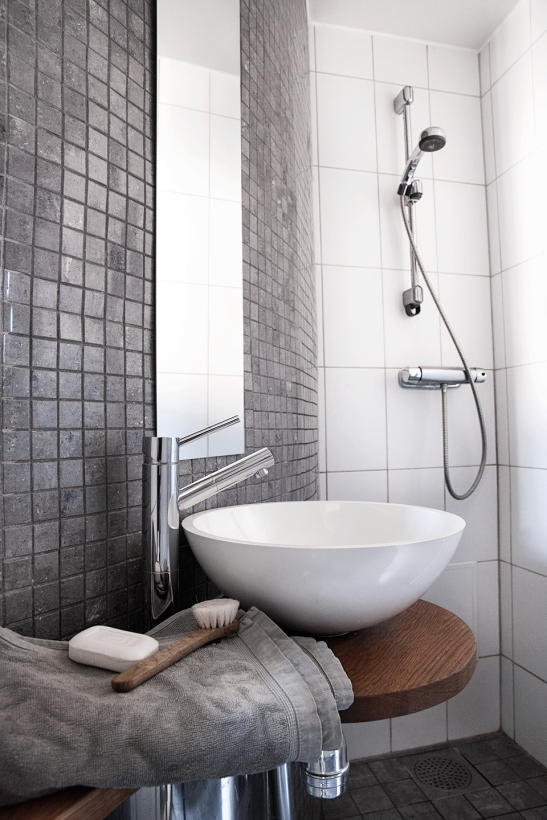 badrum grått kakel handduk borste