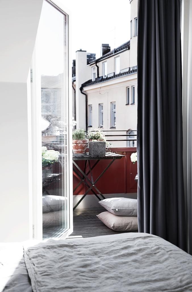 balkong säng kuddar balkongmöbler blommor