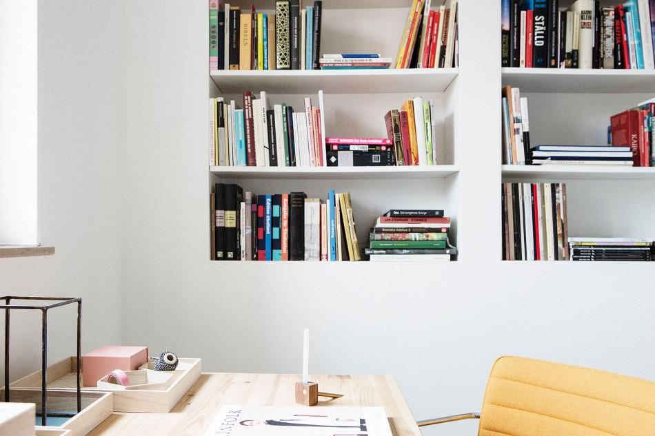 Bokhylla skrivbord skrivbordsstol arbetsplats