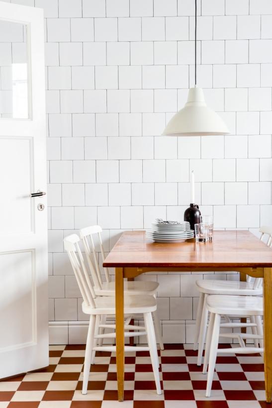 kök matbord harmoni vitt kakel spegeldörr