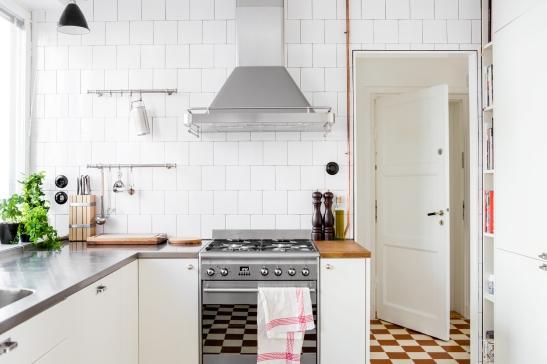 kök rostfri diskbänk rostfritt rutigt klinker spegeldörr