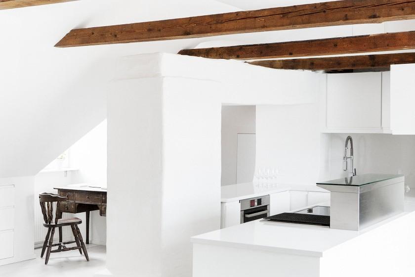 Kök skrivbord takvåning bjälkar vitt