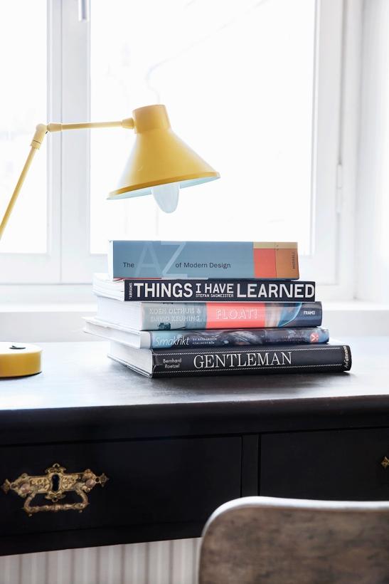 Lampa gul böcker design skrivbord