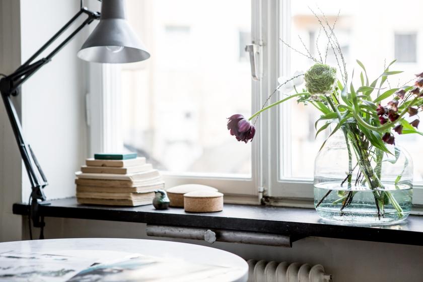 lampa marmorbord blommor fönster kök