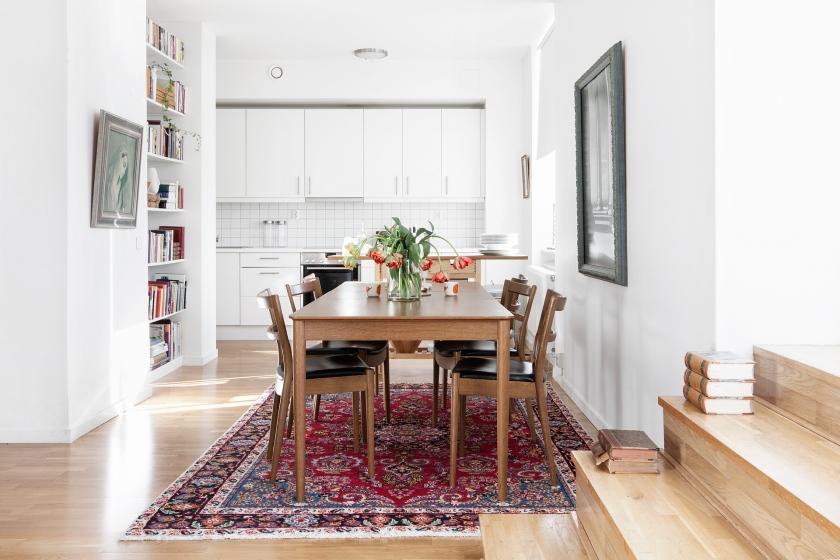 matbord kök matta tulpaner konst bokhylla