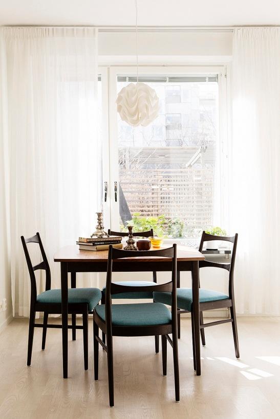 matbord lampa matbordsstolar gardiner