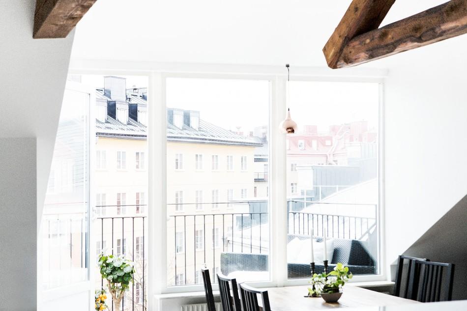 Matbord stolar balkong blommor utsikt