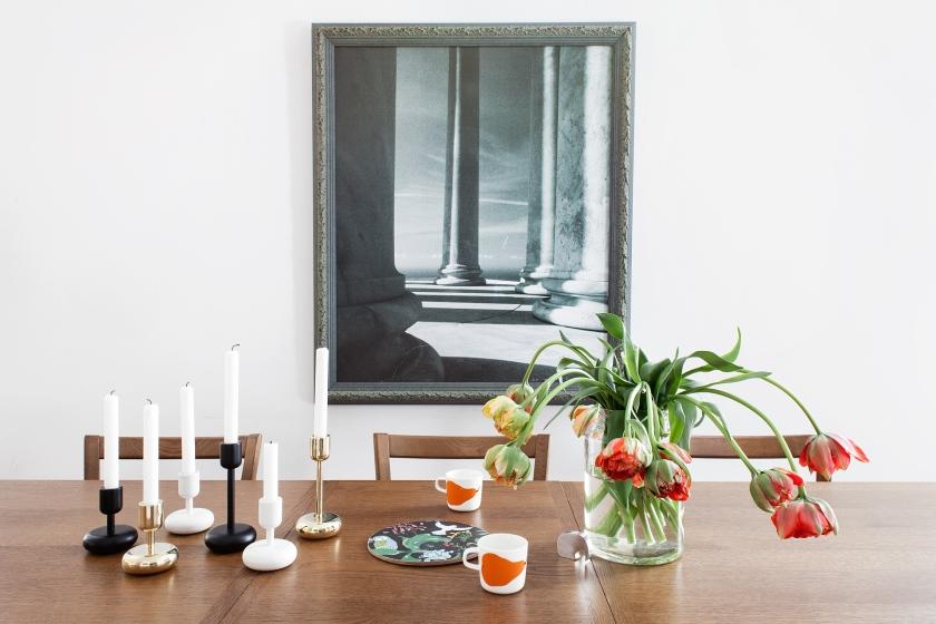 matbord tulpaner ljusstake konst