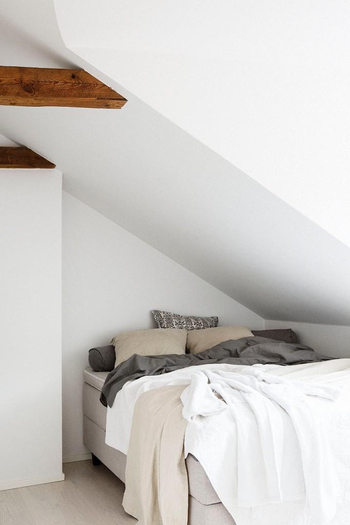Säng sovrum takvåning