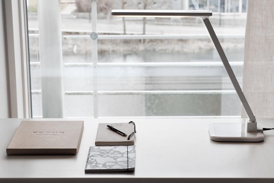 Skrivbord lampa böcker fönster